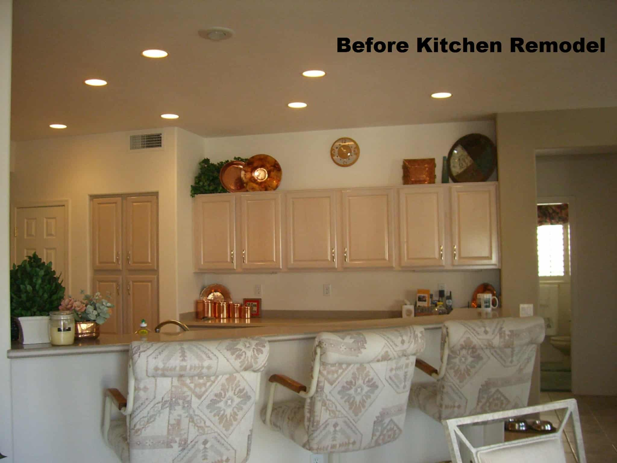 A large kitchen before remodeling